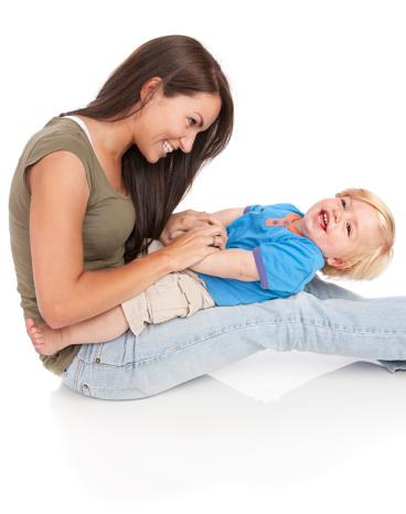 Au-Pair mit Baby auf dem Knie