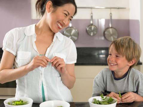 Au-Pair mit Junge in Küche